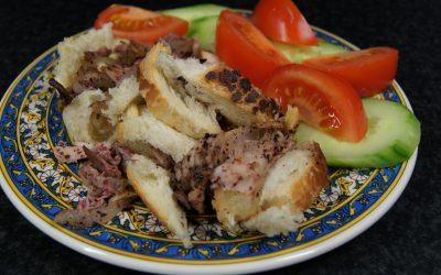 Kip met uien en Sumak (Al-Mesakhan)