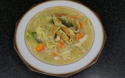 Goedgevulde kippensoep met gort en savooiekool