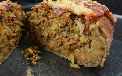 Vloerbrood gevuld met gehakt en groenten