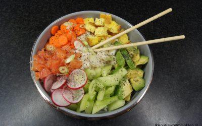 Pokébowl met avocado, zalm- en omeletblokjes