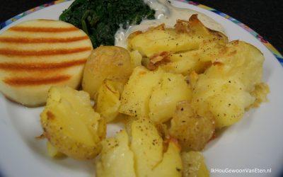 Krokante gestampte aardappelen uit de oven, kaasburger en spinazie