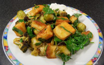 Spruitjes en broccoli met harissa en kaasburgers van de bakplaat