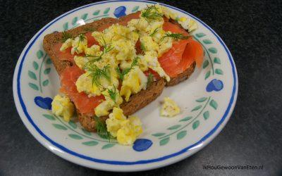 Broodje met zalm en roerei