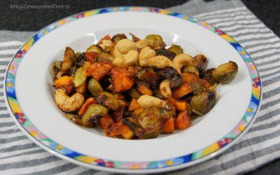 Spruiten en zoete aardappel met Hoisinsaus van de bakplaat