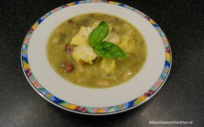 Goedgevulde minestronesoep van groene groenten