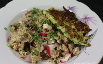 Bulgur met aubergine, radijs en feta en courgette-pannenkoekjes