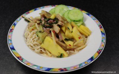 Vegetarische kipstuckjes met paksoi en mango in sweet chilisaus
