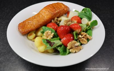 Gebakken krieltjes, aspergesalade met balsamico aardbeien en warmgerookte zalm