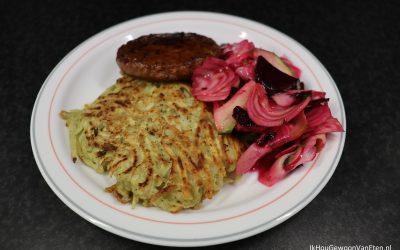 Rösti, hamburger en salade van geschaafde zomergroenten