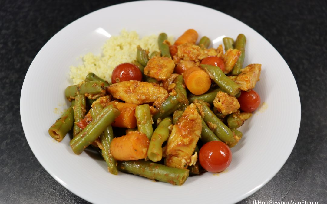 Panga met sperziebonen, wortel, cherrytomaatjes uit blik en shoarmakruiden, met couscous.