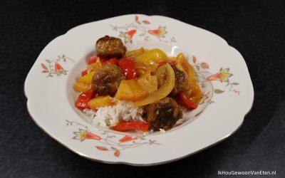 Gembergehaktballetjes en ananas in zoetzure saus