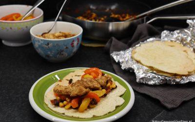 Zelfgemaakte maistortilla's met kip en gegrilde paprika